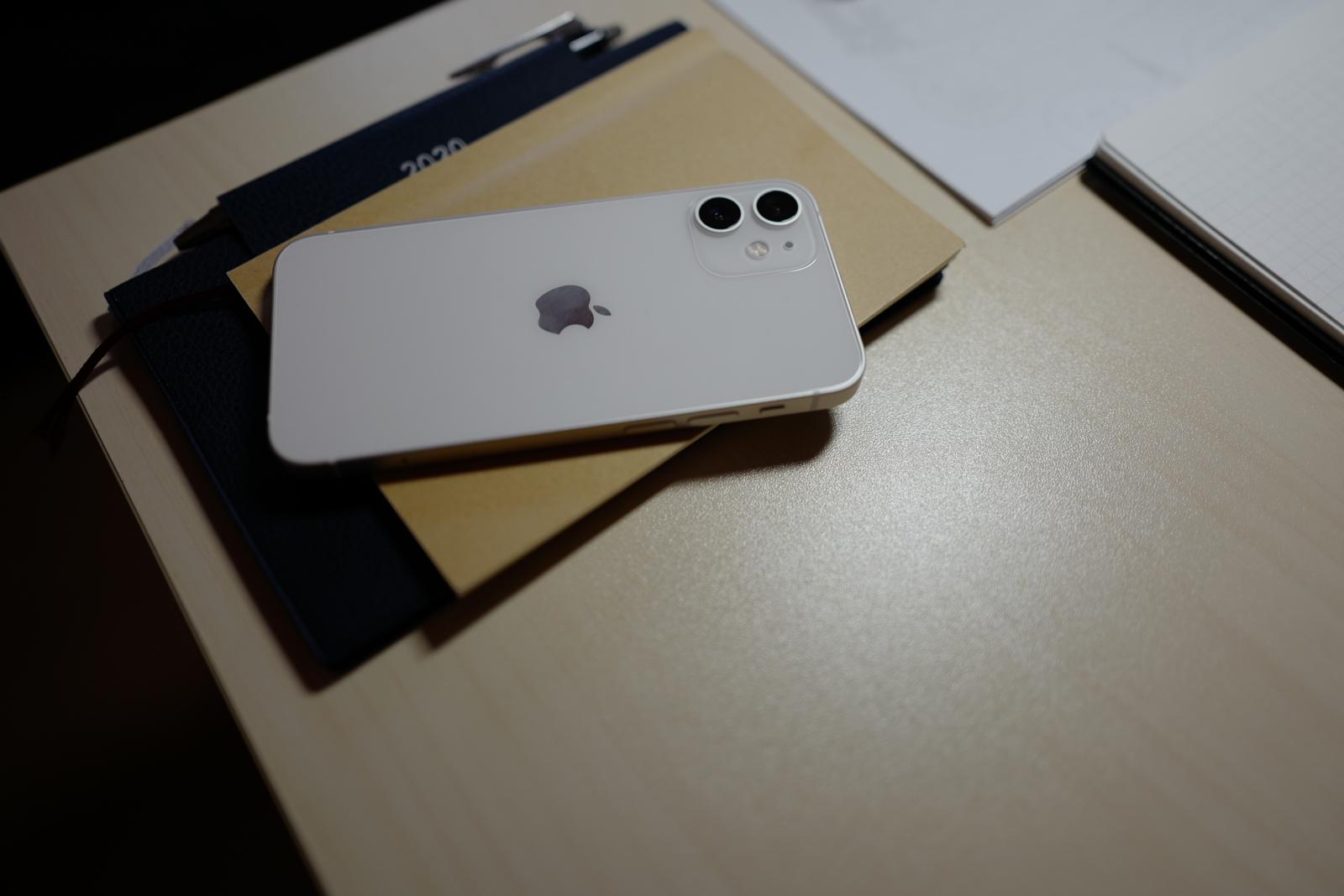 デスクにカジュアルにおけるiPhone 12 mini